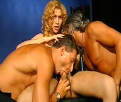 Trio Con Una Travestis De Lo Mas Sensual
