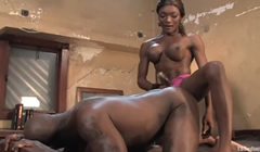 Musculoso follado por una bella negra