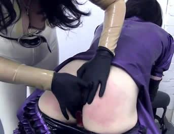 Castigo A Una Sissy Vestida De Látex